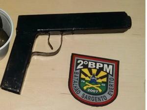 Arma falsa foi apreendida com o suspeito (Foto: Arquivo pessoal)