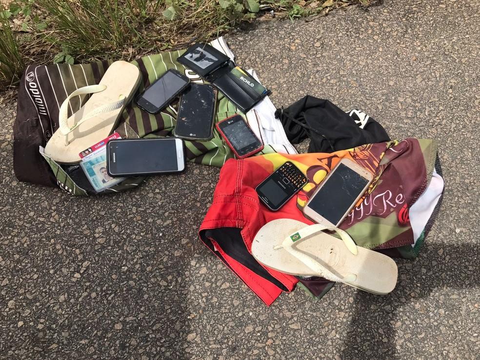 No local do crime, polícia encontrou objetos que foram roubados dos passageiros do ônibus (Foto: Clayton Carvalho/Inter TV Cabugi )