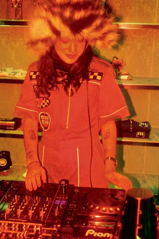 A DJ Peggy Gou no comando das picapes na festa armada pela italiana Miu Miu, em dezembro passado (Foto: Jungwook Mok e Divulgação)
