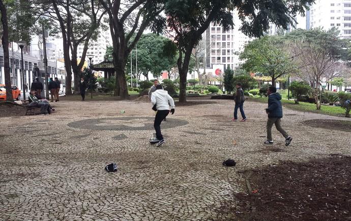 filhos de jogadores equatorianos jogam bola em praça (Foto: Felipe Schmidt)