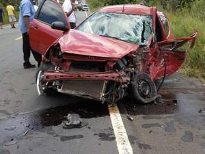 Carro que bateu com carreta em Tancredo Neves ficou destruído (Foto: Moisés de Jesus/PTN News)