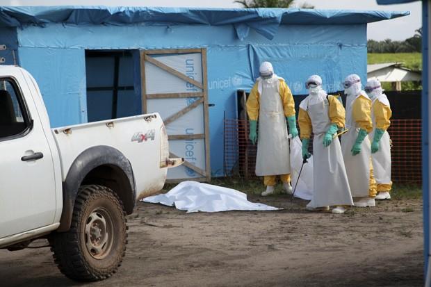 Agentes da saúde se preparam para trabalhar no lado de fora de uma unidade de isolamento, em Lofa, na Libéria, em julho  (Foto: Reuters/Ahmed Jallanzo/Unicef)
