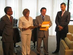 Presidente do TCE, conselheiro Edmar Cutrim na entrega da lista (Foto: Divulgação/Ascom TRE)