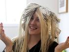 Grávida, ex-BBB Aline Gotschalg muda a cor dos cabelos e fica platinada