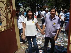 Di Fiori, candidato eleito em Itapetininga, no momento em que chegou para votar ao lado da esposa na manhã deste domingo (7). (Foto: Caio Silveira / G1)