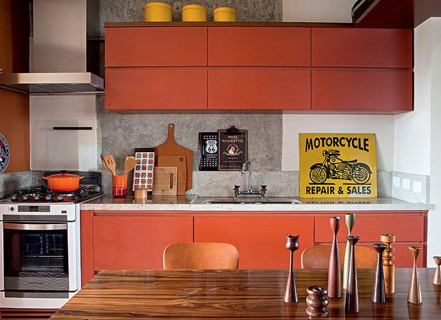 Parede e marcenaria laranja alegram a cozinha, de arquitetura rústica e masculina. Projeto do arquiteto Gustavo Calazans (Foto: Lufe Gomes/Editora Globo)