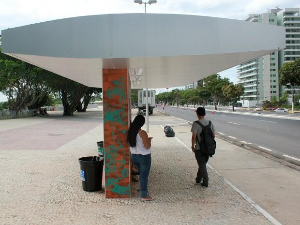 Parada de ônibus na Ponta Negra foi alvo de vândalos (Foto: Alírio Lucas/G1 AM)