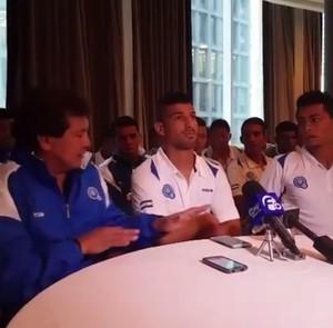 Jogadores de El Salvador em coletiva (Foto: Reprodução)