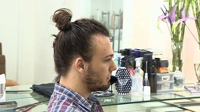 Nova tendência masculina, coque samurai (Foto: TV SERGIPE)