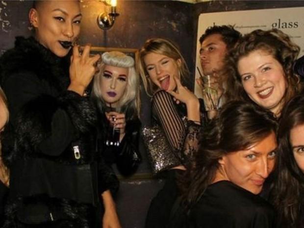 Evie (segunda à dir.) em uma festa com amigos, dos quais apenas reconhece um (Foto: Evie Prichard/BBC)