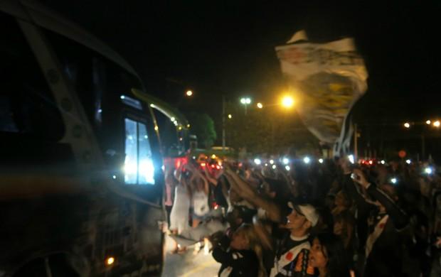 torcida desembarque Vasco Manaus (Foto: Raphael Zarko)