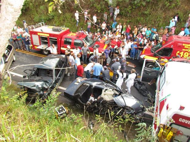 Duas pessoas morreram após um acidente registrado na rodovia MG-164, próximo a Santo Antônio do Monte, no Centro-Oeste. As causas do acidente ainda não foram esclarecidas pela Polícia Militar Rodoviária. Outras quatro pessoas ficaram feridas e foram atendidas pelo Corpo de Bombeiros e encaminhadas para hospitais da região.  (Foto: Patrícia Borges)