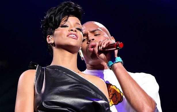 """Chris Brown ainda está pagando por ter espancado a então namorada, Rihanna, em 2009. O processo contra ele continua na Justiça. Brown assume a culpa diz que, graças à terapia que teve de fazer após o escândalo, aprendeu que o que havia feito com a popstar é """"totalmente errado"""". (Foto: Getty Images)"""