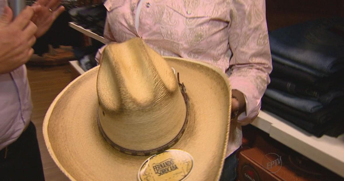 G1 - Cinto de strass e chapéu de artista são apostas de souvenirs em  Barretos - notícias em Festa do Peão de Barretos 2013 db50886ee4f