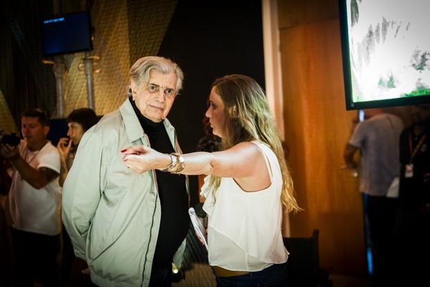 A diretora Natália Grimberg com Tarcísio Meira nos bastidores de A Lei do Amor (Foto: Globo/João Miguel Júnior)