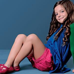 Criança sentada com roupas confortáveis (Foto: Crescer)