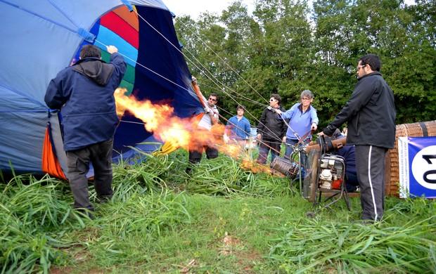 Família Kalousdian e agregados trabalham para colocar o balão de Rubens no ar (Foto: Nikolas Capp)