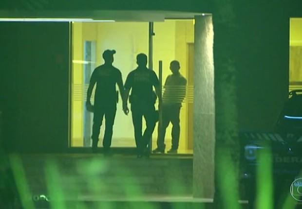 Agentes da Polícia Federal (PF) chegam ao edifício de Ary Ferreira da Costa Filho, alvo da nova fase da Calicute (Foto: Reprodução/TV Globo)