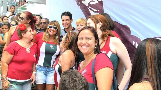 Thiago Neves recebe bandeira em sua homenagem (Foto: Rafael Cavalieri / Globoesporte.com)