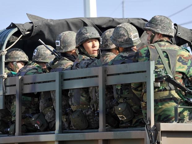 Soldados sul-coreanos se dirigem em caminhão militar à fronteira com a Coreia do Norte na cidade de Paju. Coreia do Sul e Estados Unidos aumentaram nível de vigilância frente às ameaças da Coreia do Norte nesta quarta-feira (10). (Foto: Jung Yeon-Je / APF)