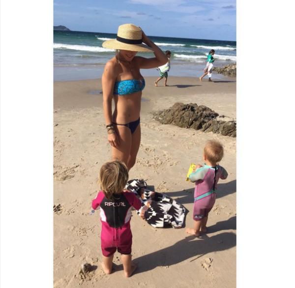 A atriz Elsa Pataky com dois dos seus três filhos com o ator Chris Hemsworth (Foto: Reprodução/Instagram)