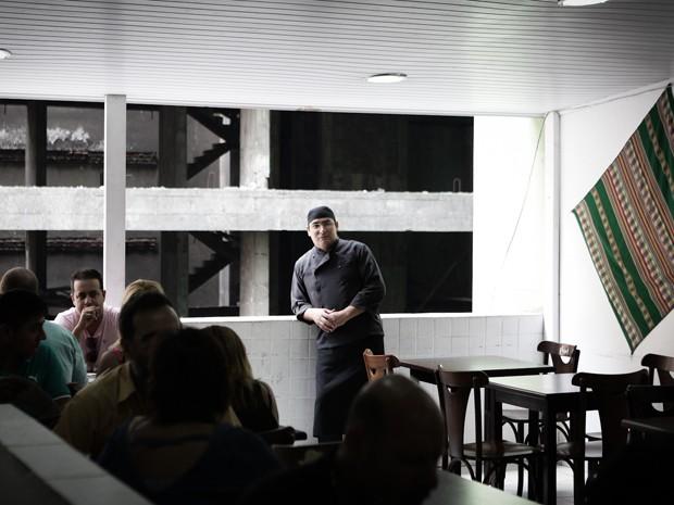 Edgar fez a vida e fama no Centro de São Paulo. O segundo andar do restaurante permite uma vista para a Rua Aurora  (Foto: Caio Kenji/G1)