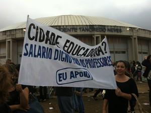 Professores se mobilizam usando roupas pretas e faixas em Uberlândia (Foto: Caroline Aleixo/G1)