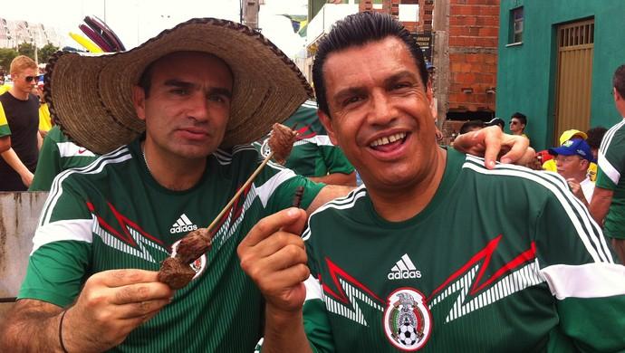 Michael Nasser (à dir.) tempera churrasquinho com o chili mexicano (Foto: João Marcelo Sena)