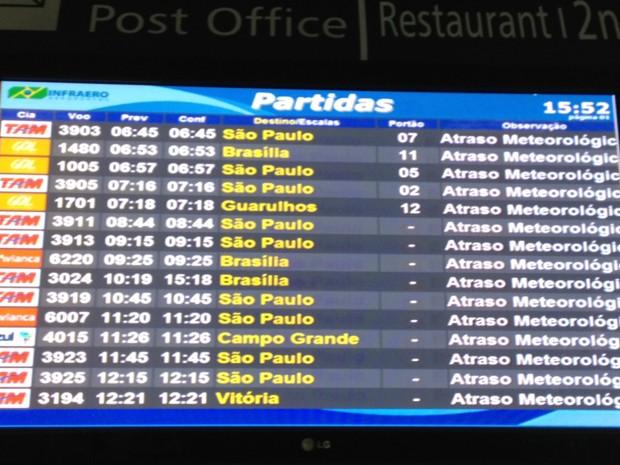 Painel exibe a mensagem de atraso devido ao mau tempo (Foto: Lívia Torres/G1)
