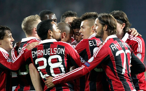 jogadores do Milan comemoram gol sobre o Zenit (Foto: EFE)