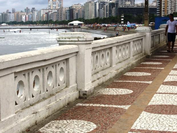 Muretas da orla da praia são um dos símbolos de Santos (Foto: Orion Pires / G1)