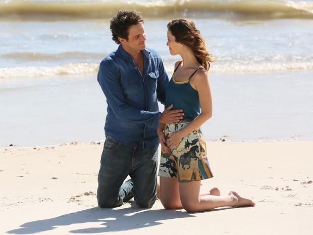 O casal reata e Laura descobre que gravidez (Foto: Isabella Pinheiro )