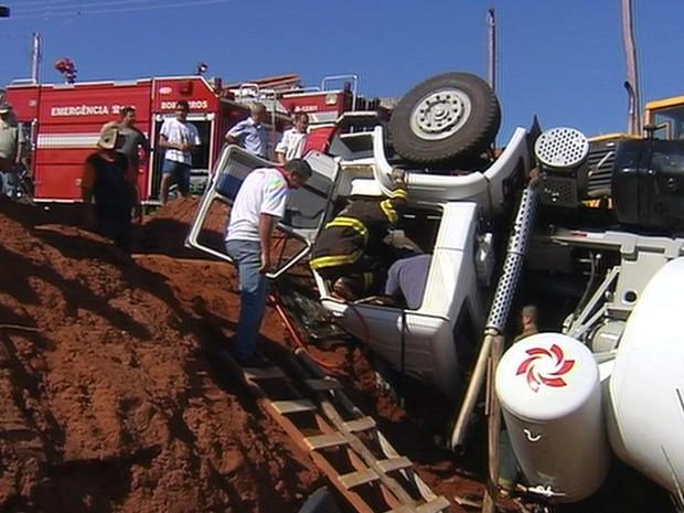 Motorista ficou preso às ferragens (Foto: Reprodução / TV TEM)