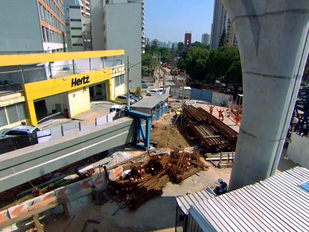 Obra do monotrilho impede entrada em locadora de veículos (Foto: TV Globo/Reprodução)