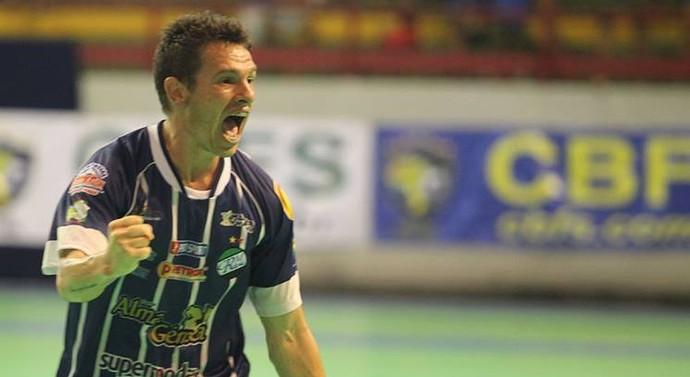 Cris comemorando gol na final da Superliga com a camisa do Real Moitense (Foto: Zerosa Filho / CBFS)