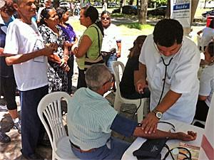 Entre os serviços oferecidos está a aferição da pressão arterial (Foto: Fabíola Blah/G1)