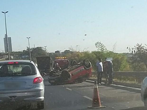 Fiat Uno capotou após motorista colidir no veículo que seguia à frente, na BR-153, em Goiás (Foto: Divulgação/PRF)