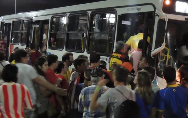Arena Pernambuco - muvuca na porta do ônibus (Foto: Elton de Castro / Globoesporte.com)