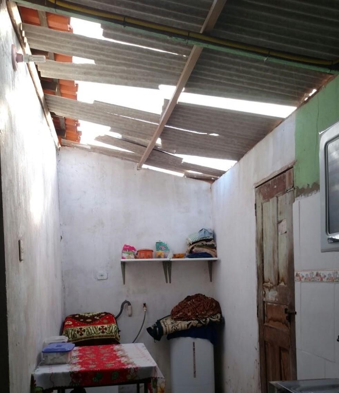Parte do telhado foi destruído com a troca de tiros.  (Foto: Douglas Pinto/TV Mirante)
