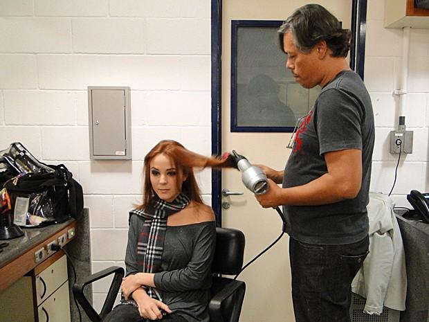 Ricardo Moura cuida dos cabelos da atriz Juliana Lohmann (Foto: Malhação / TV Globo)