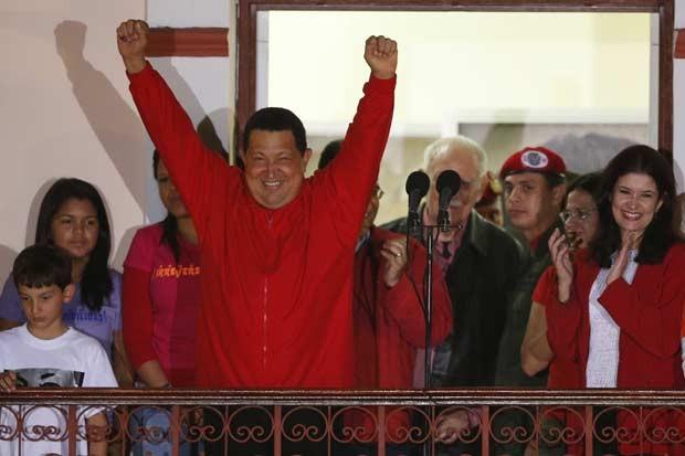 O presidente da Venezuela, Hugo Chávez, celebra sua vitória na noite deste domingo (7) em sacada do Palácio de Miraflores, em Caracas (Foto: Reuters)