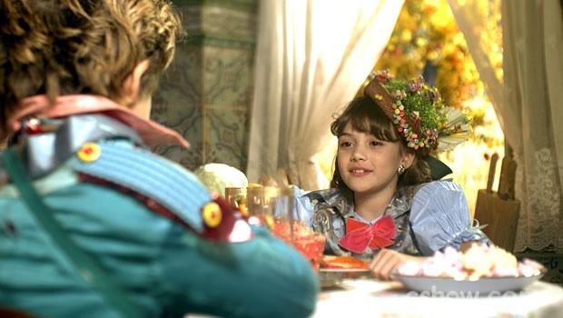 A menina se diverte com a ideia do amigo (Foto: Meu Pedacinho de Chão/TV Globo)