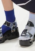 Sandália metalizada com meias coloridas é hit em desfile em Londres