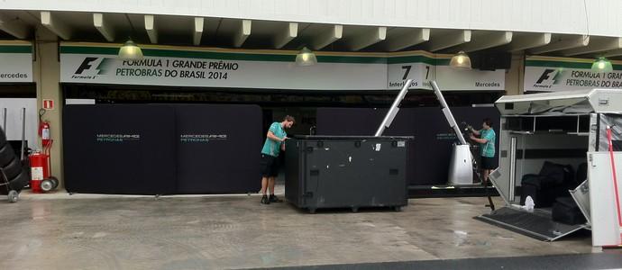 Mercedes trabalha Interlagos (Foto: Fred Sabino)