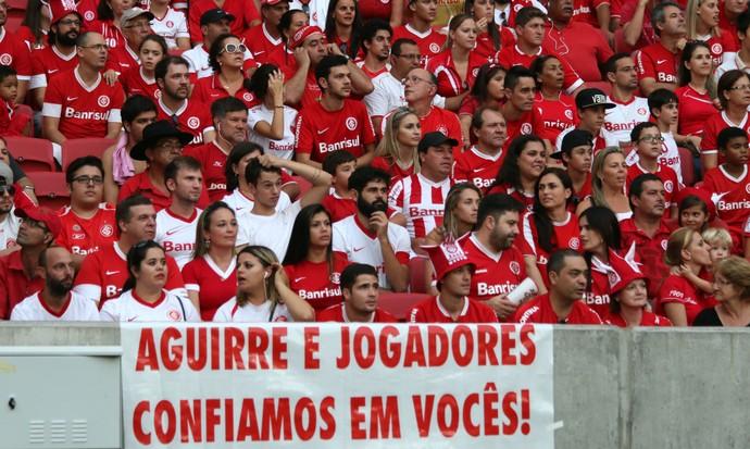 Torcedores do Inter levam faixa em apoio a Aguirre (Foto: Diego Guichard)