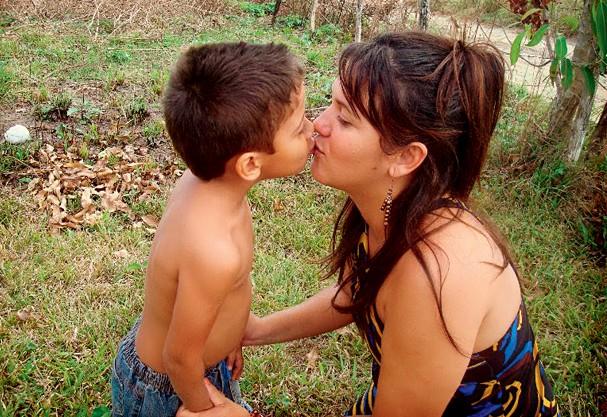 Samara e o filho Maximus na clínica de reabilitação, em 2009 (Foto: Arquivo Pessoal)