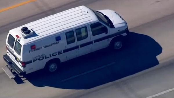 Carro leva Justin Bieber para a prisão em Miami (Foto: Reprodução/CBS)