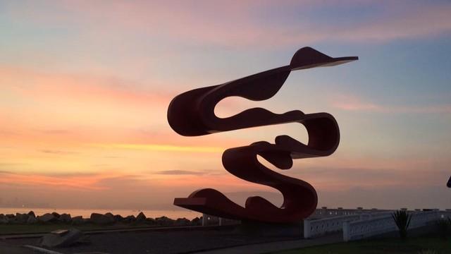 Escultura de Tomie Ohtake, no Parque Municipal Roberto Mário Santini - Emissário Submarino. (Foto: Solange Freitas)