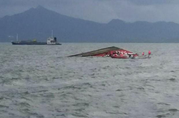 Equipes de resgate buscam sobreviventes após naufrágio de balsa nas Filipinas nesta quinta-feira (2) (Foto: AFP)