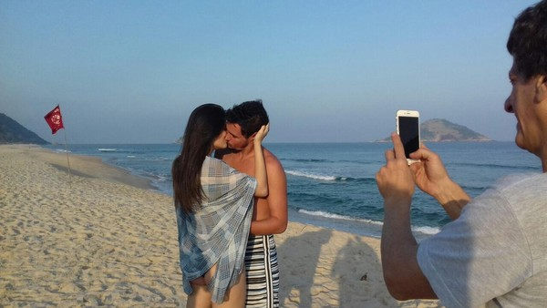 Felipe Dylon retoma carreira e lança clipe em que beija modelo